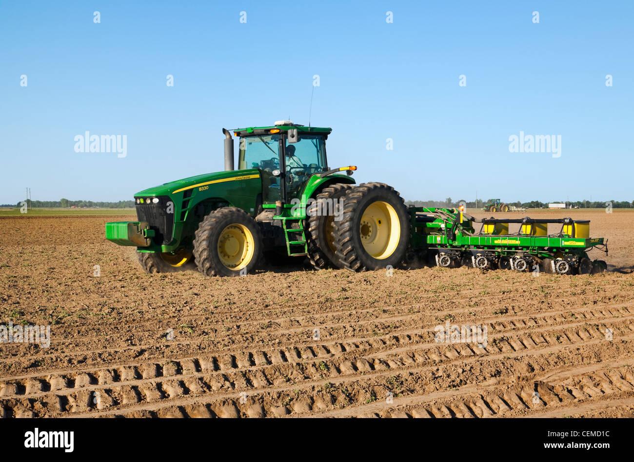 landwirtschaft ein john deere traktor und 12 reihig. Black Bedroom Furniture Sets. Home Design Ideas