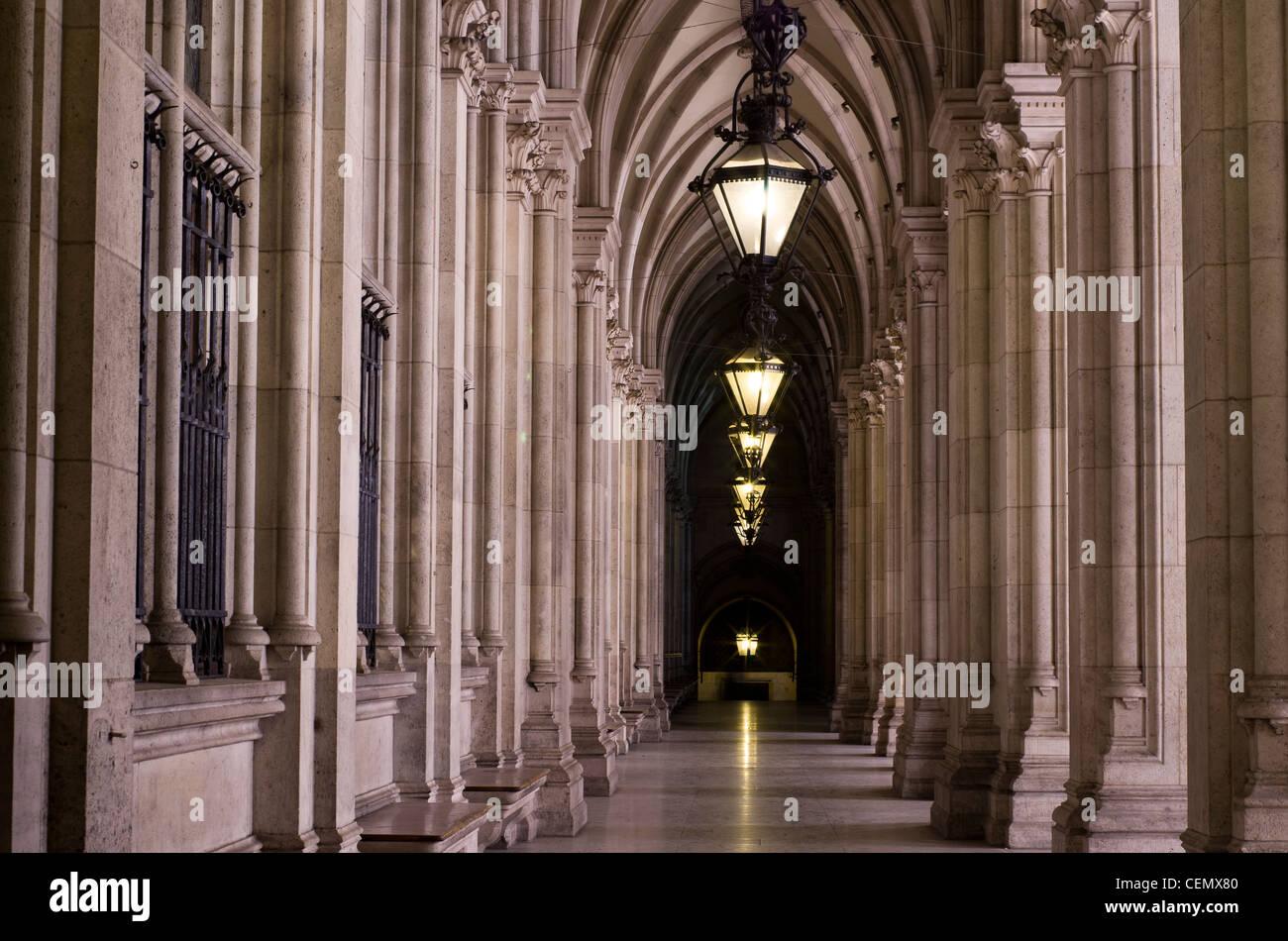 Rathaus-Korridore in der Nacht, Wien, Österreich Stockbild
