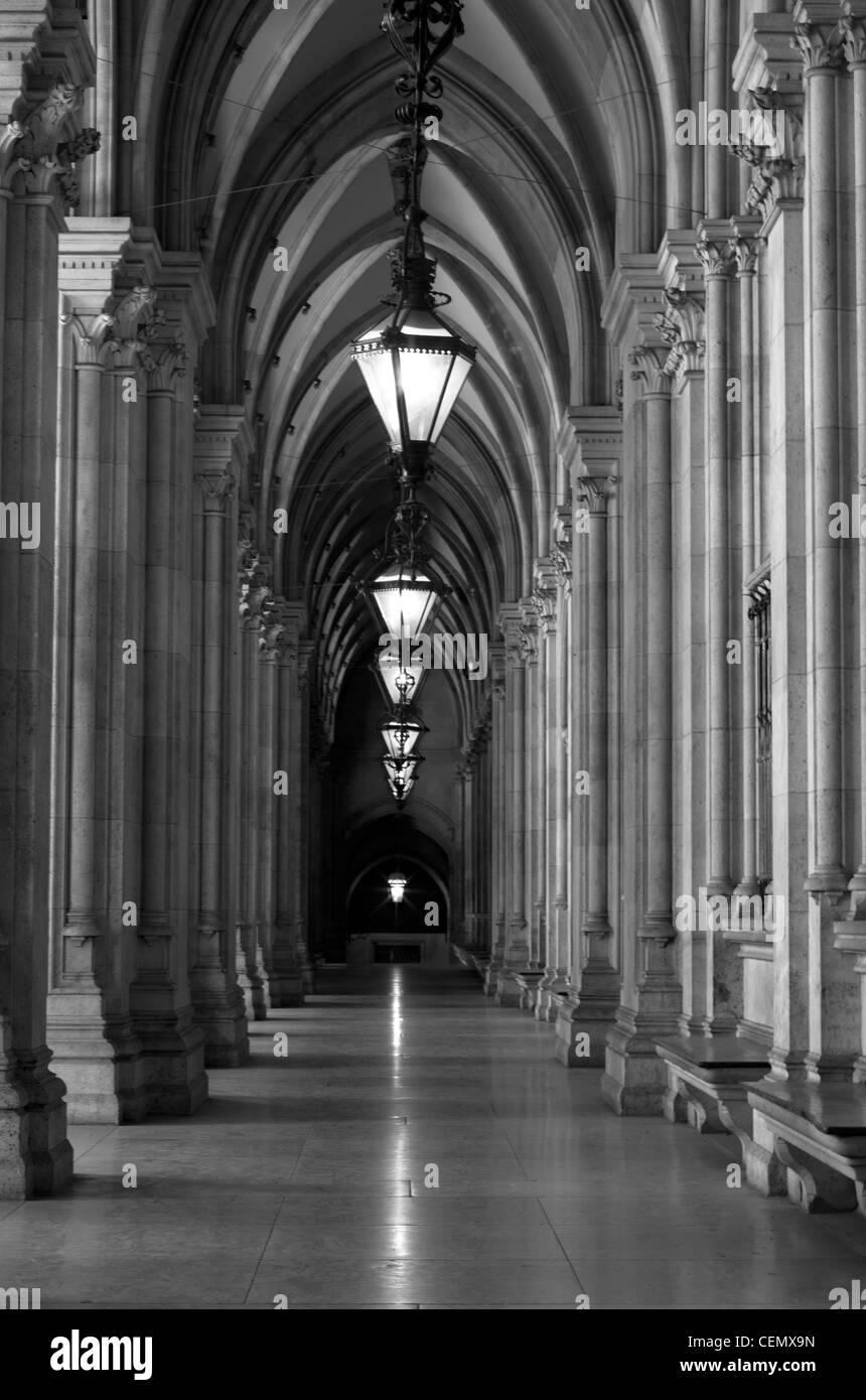 Rathaus-Korridore in der Nacht in schwarz und weiß, Wien, Österreich Stockbild