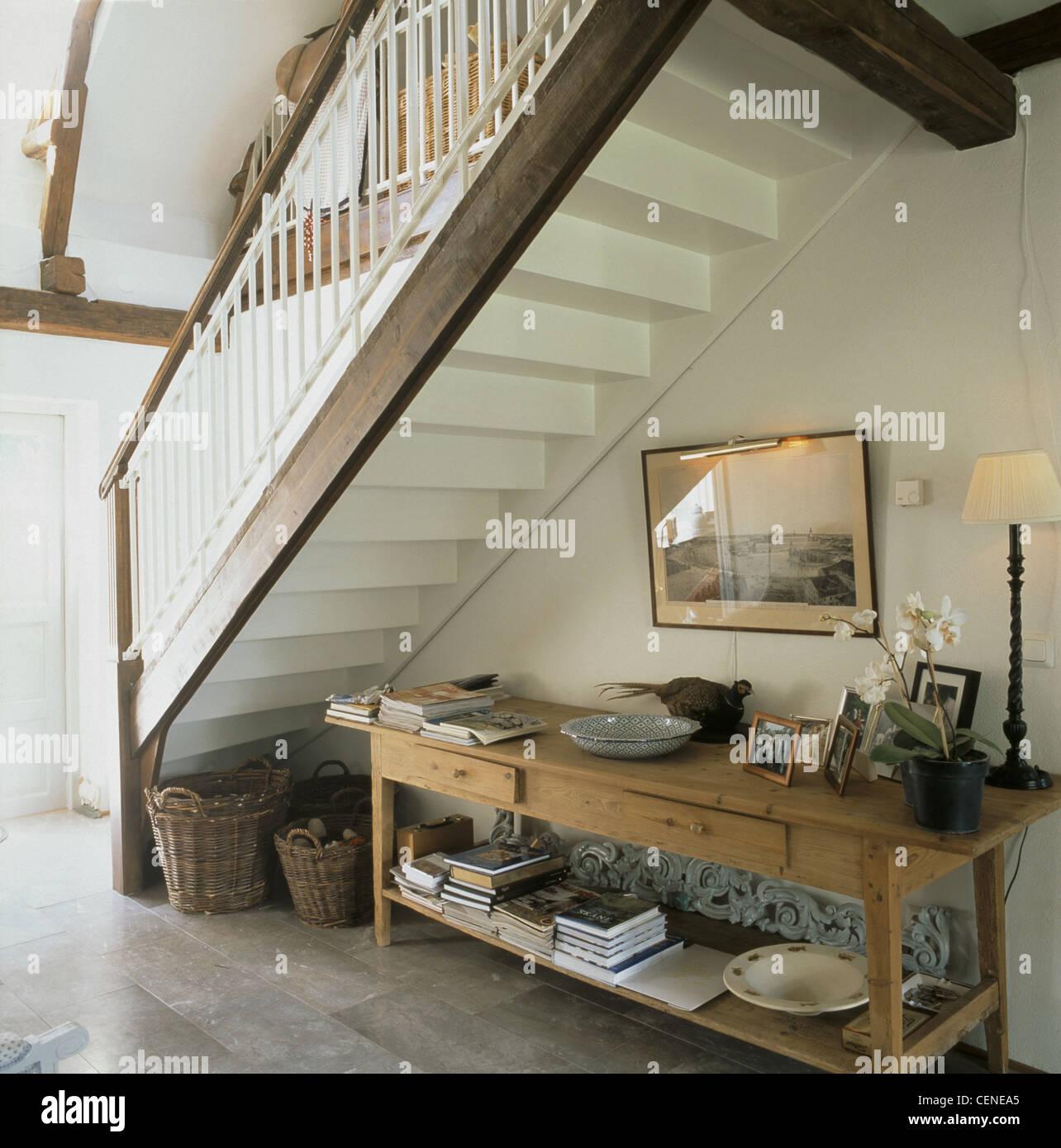Langen Holztisch Schubladen und Haufen Bücher, Gruppe von Fotos in ...
