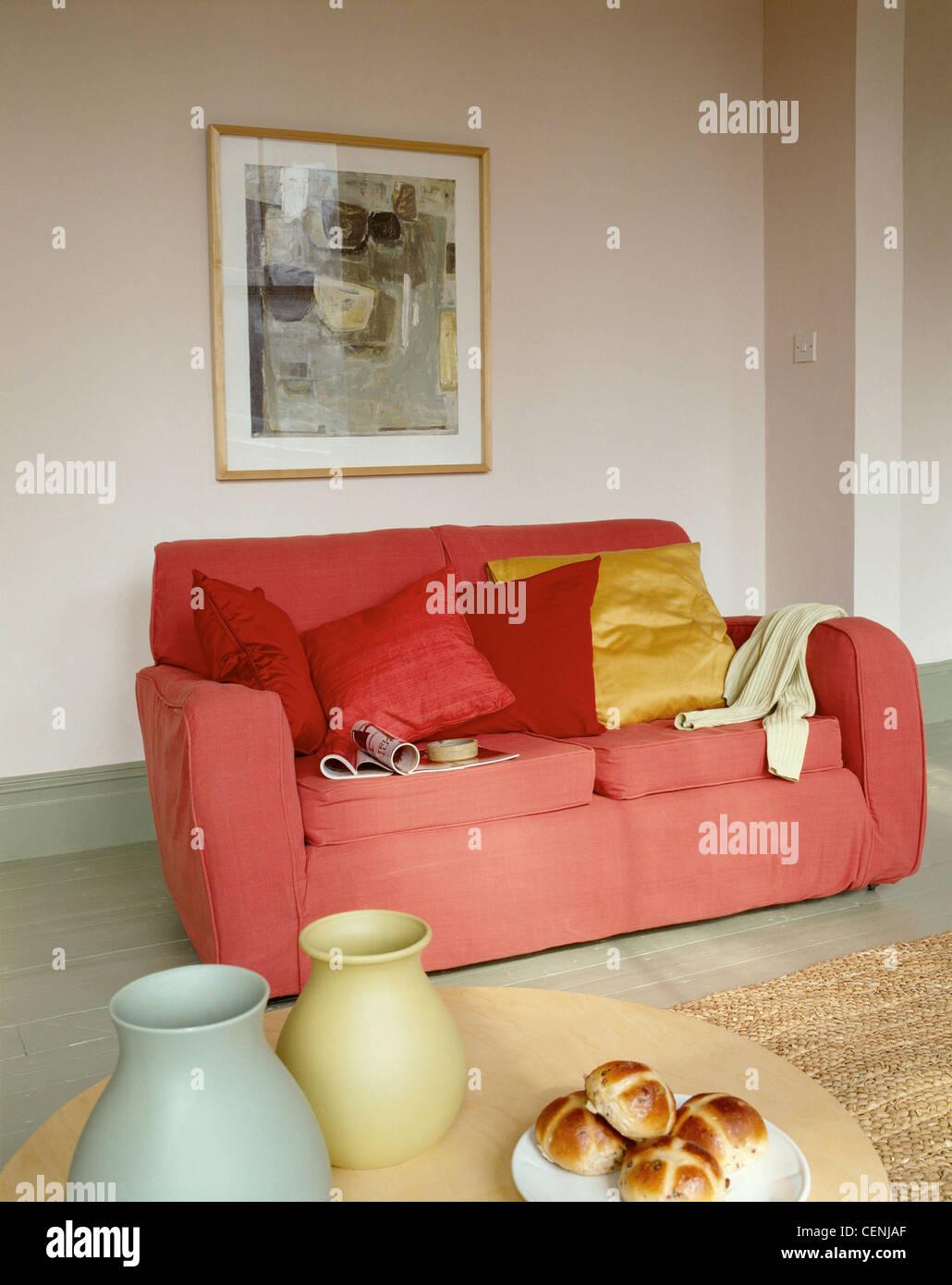 Wohn  Und Esszimmer Makeover: Nach Dem Sofa Im Wohnzimmer Rot Rote Goldene  Kissen, Abstraktes Bild An Wand, Holz