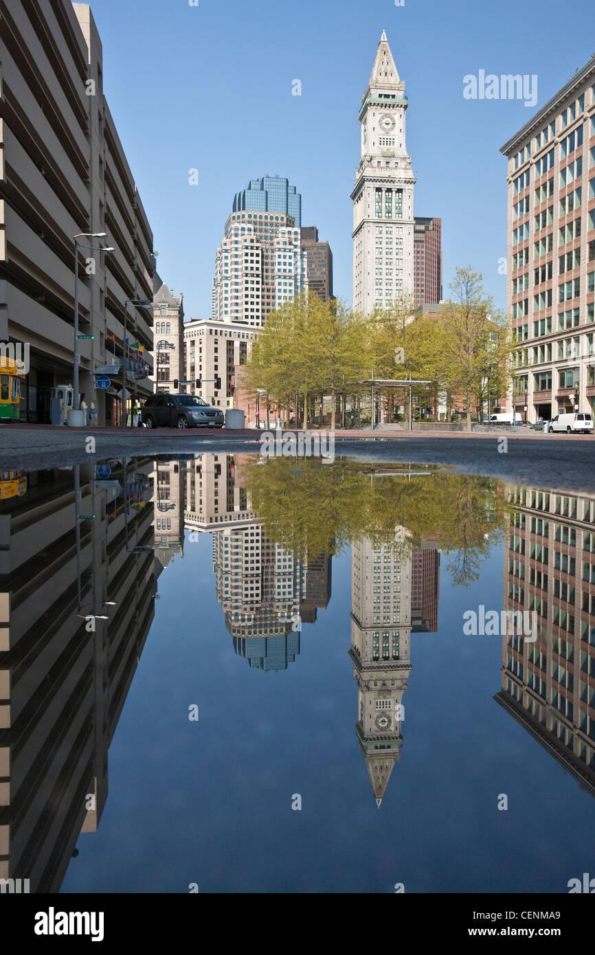 Custom House Tower spiegelt sich in einer Pfütze an Rose Kennedy Greenway, Boston, Massachusetts, USA Stockbild