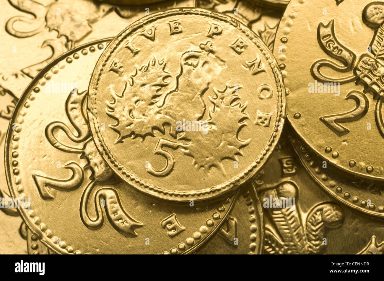 Nahaufnahme Von Gold Schokolade 5 Pence Und 2 Pence Münzen Verteilt