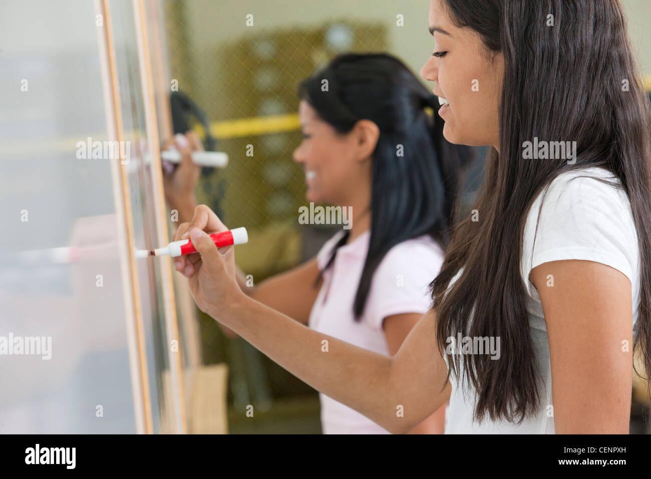 Studenten auf einem Whiteboard schreiben Stockfoto, Bild: 43504905 ...