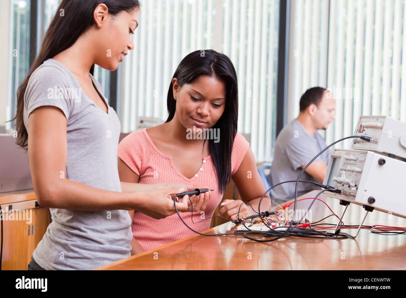 -Studenten mit Oszilloskop und Funktion generator Stockbild
