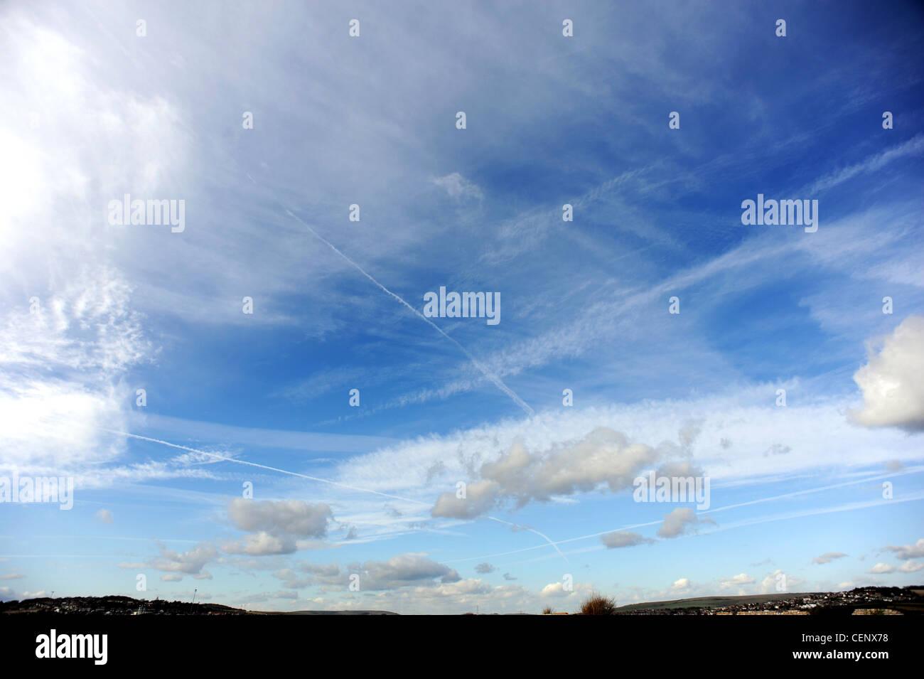 Vapor Trails, flauschigen Wolken und blauer Himmel Stockbild