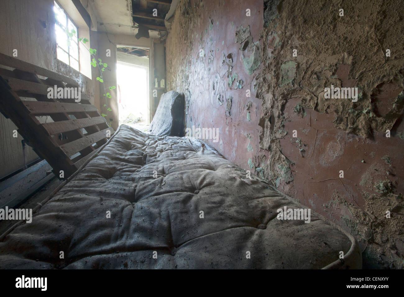 matratze stinkende alte schmutzige chaotisch in droge h hle wo benutzer sich nicht f r sich. Black Bedroom Furniture Sets. Home Design Ideas