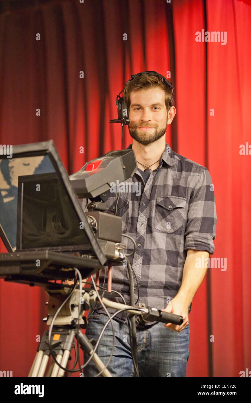 TV-Producer bei Teleprompter in einem TV-studio Stockbild