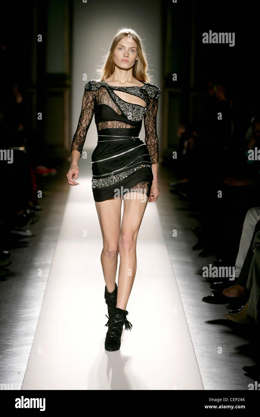 Balmain Paris bereit, tragen Herbst Wintermodell trägt ein kurzes ...