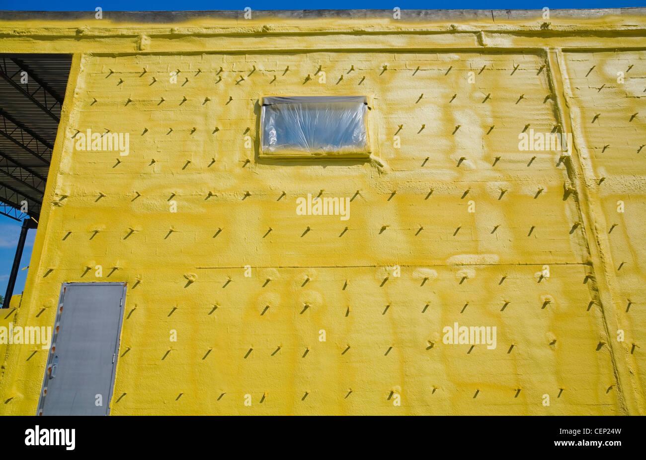 Gelber Schaum-Isolierung an der Außenwand eines Gebäudes Industrial ...