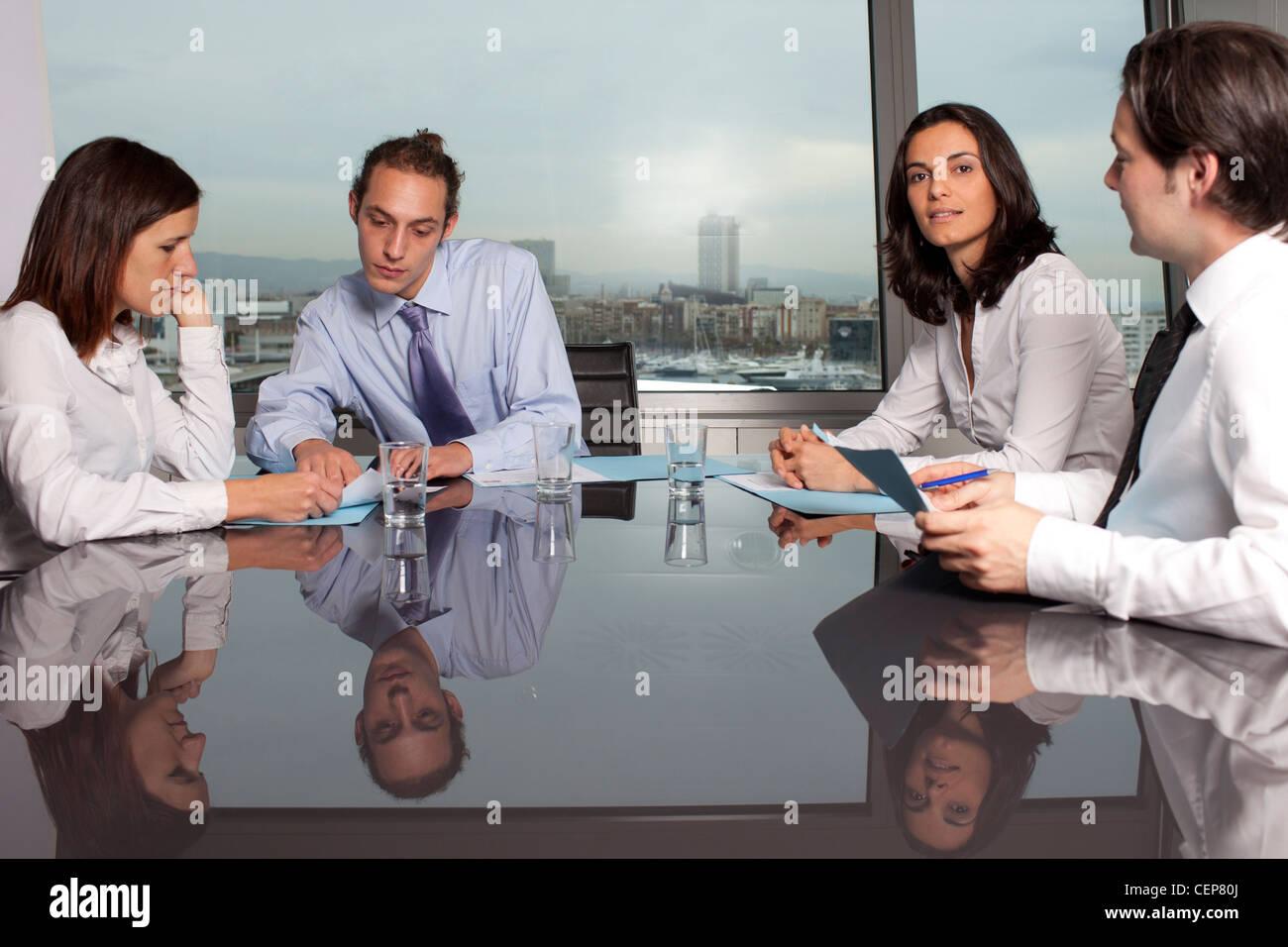 Absprache mit männlichen Finanzberater in ein schönes Büro Stockfoto