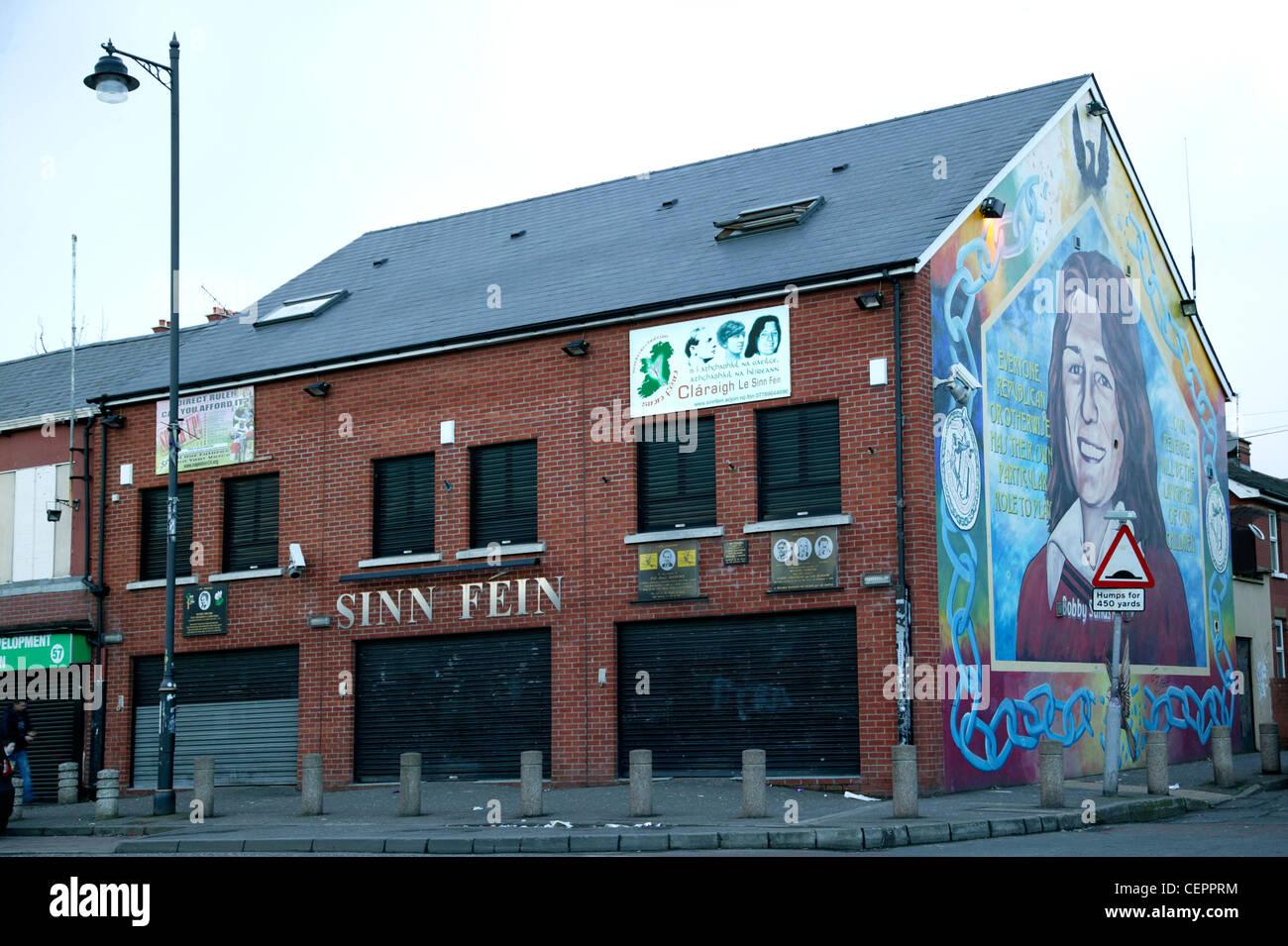 Die Sinn Féin-zentrale und eine politische Wandmalerei auf fällt weg. Stockbild
