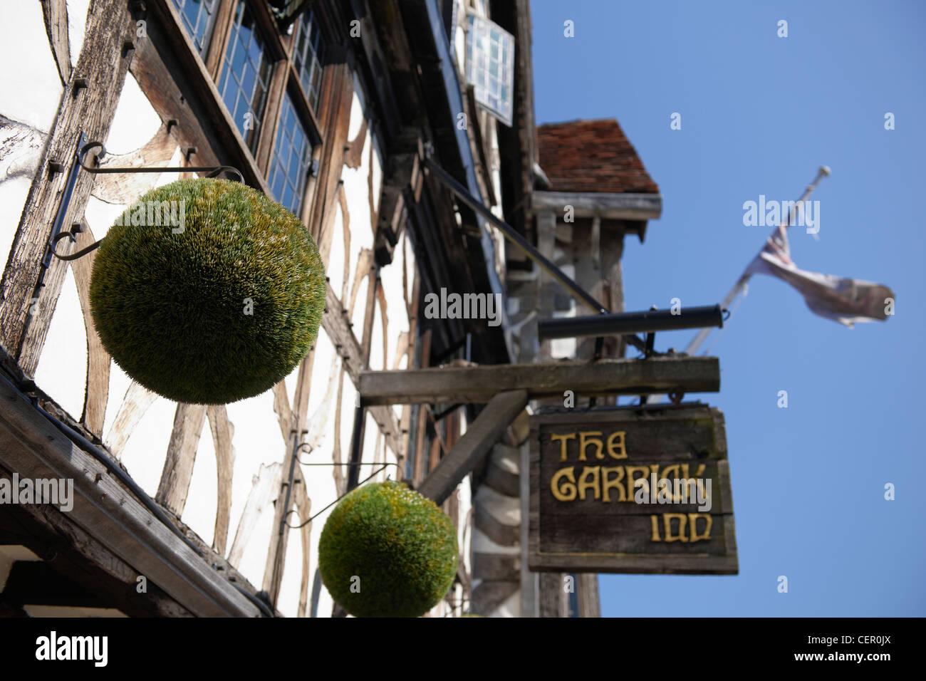 Hölzerne Schilder hängen außerhalb der Garrick Inn, ein schwarz / weiß Traditionskneipe die stammt aus dem 14. Jahrhundert Stockfoto