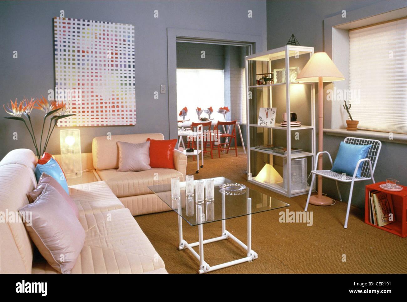 Wohnzimmer Grau Gestrichenen Wänden, Gepolsterte Ecksofa Farbige Kissen  Verstreut, Mit Einem Eingebauten Glas Bedeckt Sektion Umhüllung