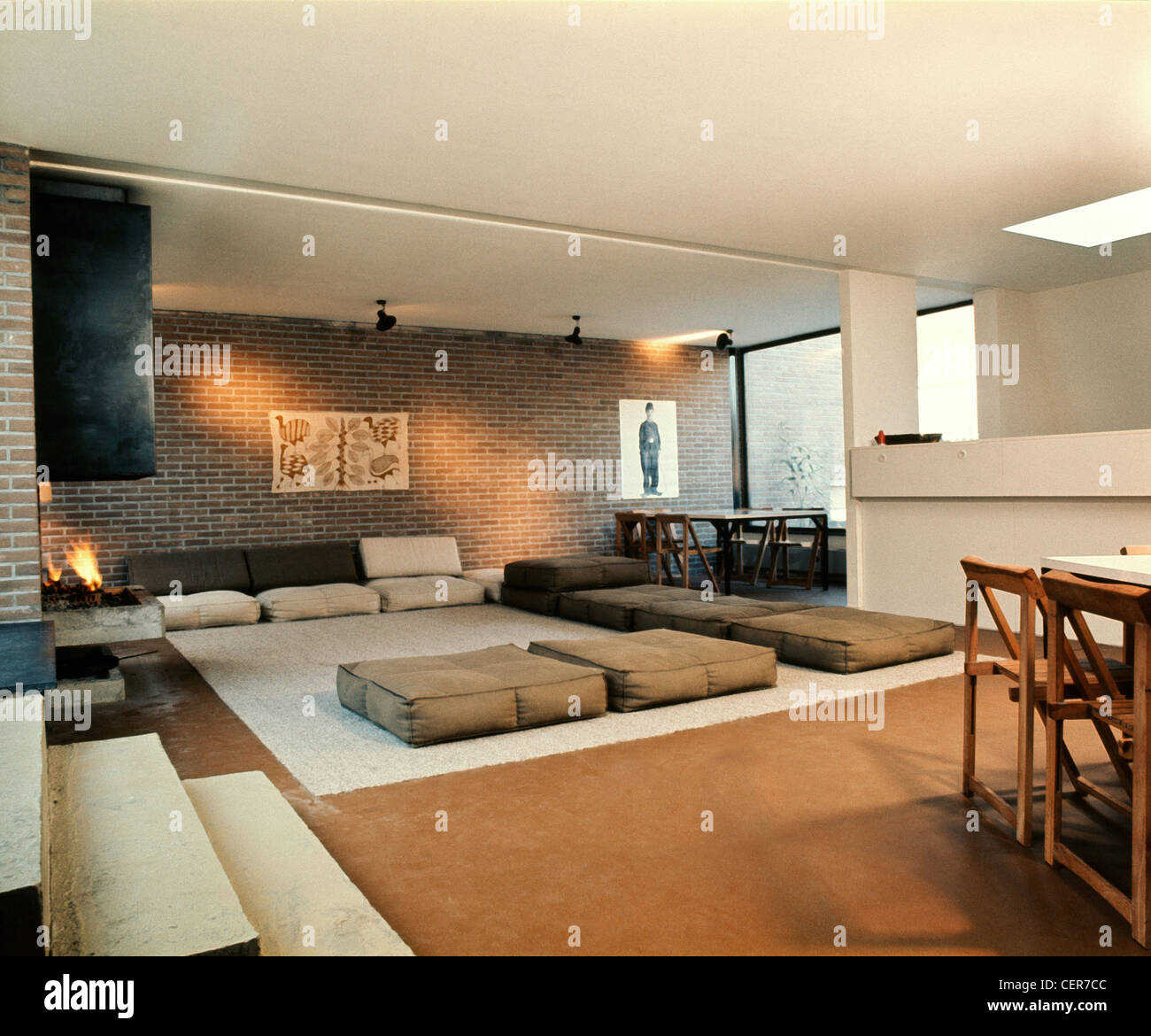 gro es wohn esszimmer zimmer ziegelw nde wei e decke. Black Bedroom Furniture Sets. Home Design Ideas