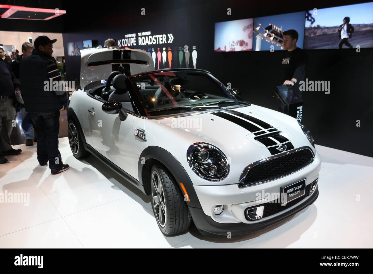 White Mini Convertible Car Stockfotos & White Mini Convertible Car ...