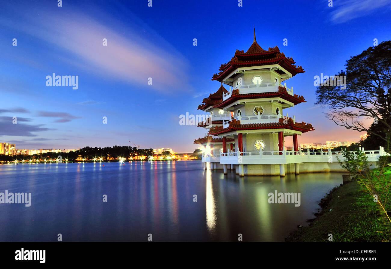 Eine blaue Stunde Aufnahme der Twin Pagoden an den chinesischen Garten in Singapur. Stockbild