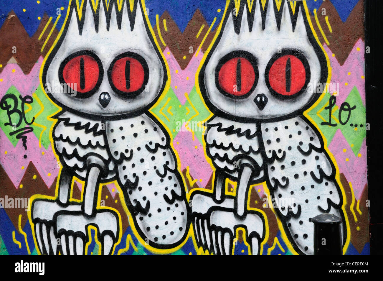 Graffiti mit zwei Eulen nur off Brick Lane im Londoner Eastend. Stockbild