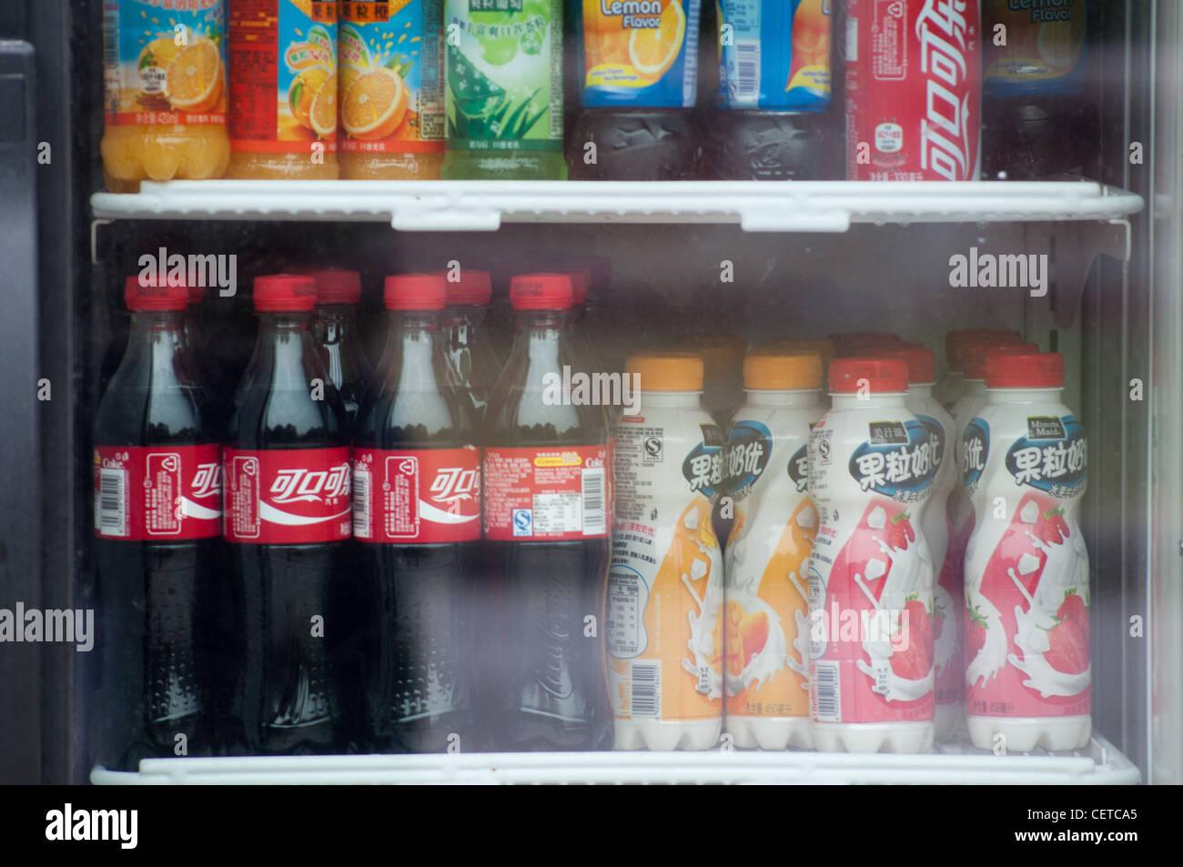 Kühlschrank Coco Cola : Coca cola getränk im kühlschrank stockfoto bild  alamy