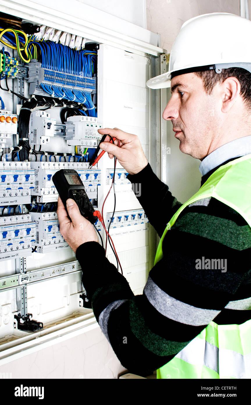 Elektriker überprüfen ein Sicherungskasten Stockbild