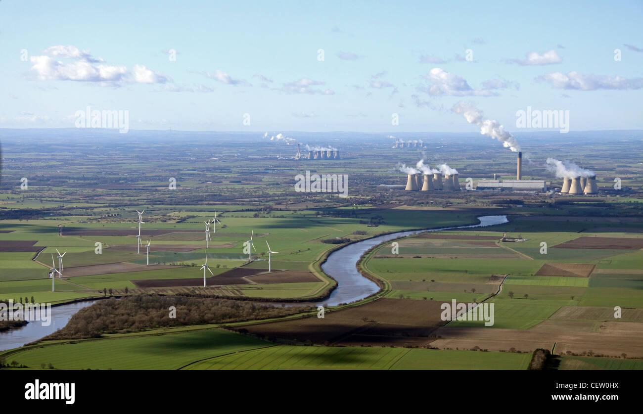 Luftaufnahme von Windkraft und Strom aus Kohle Stockbild