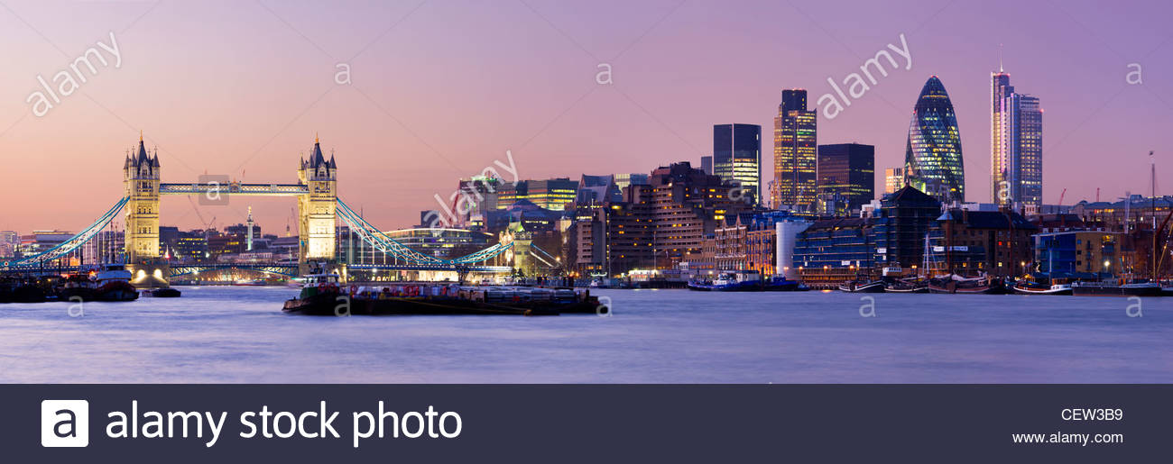 Tower Bridge und die Skyline der Stadt, London, UK. Stockbild