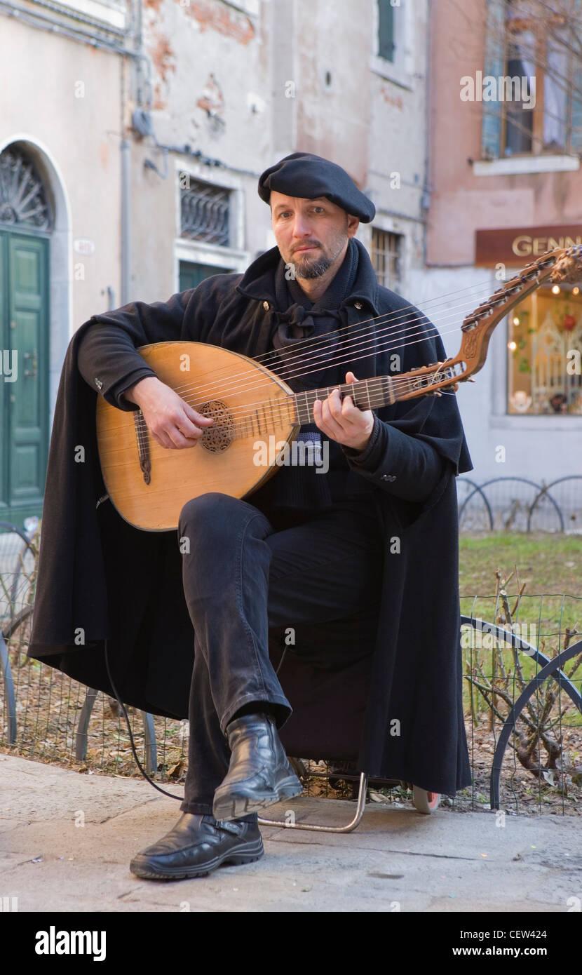 Traditionelle italienische Musiker spielt eine laute in Venedig Stockbild
