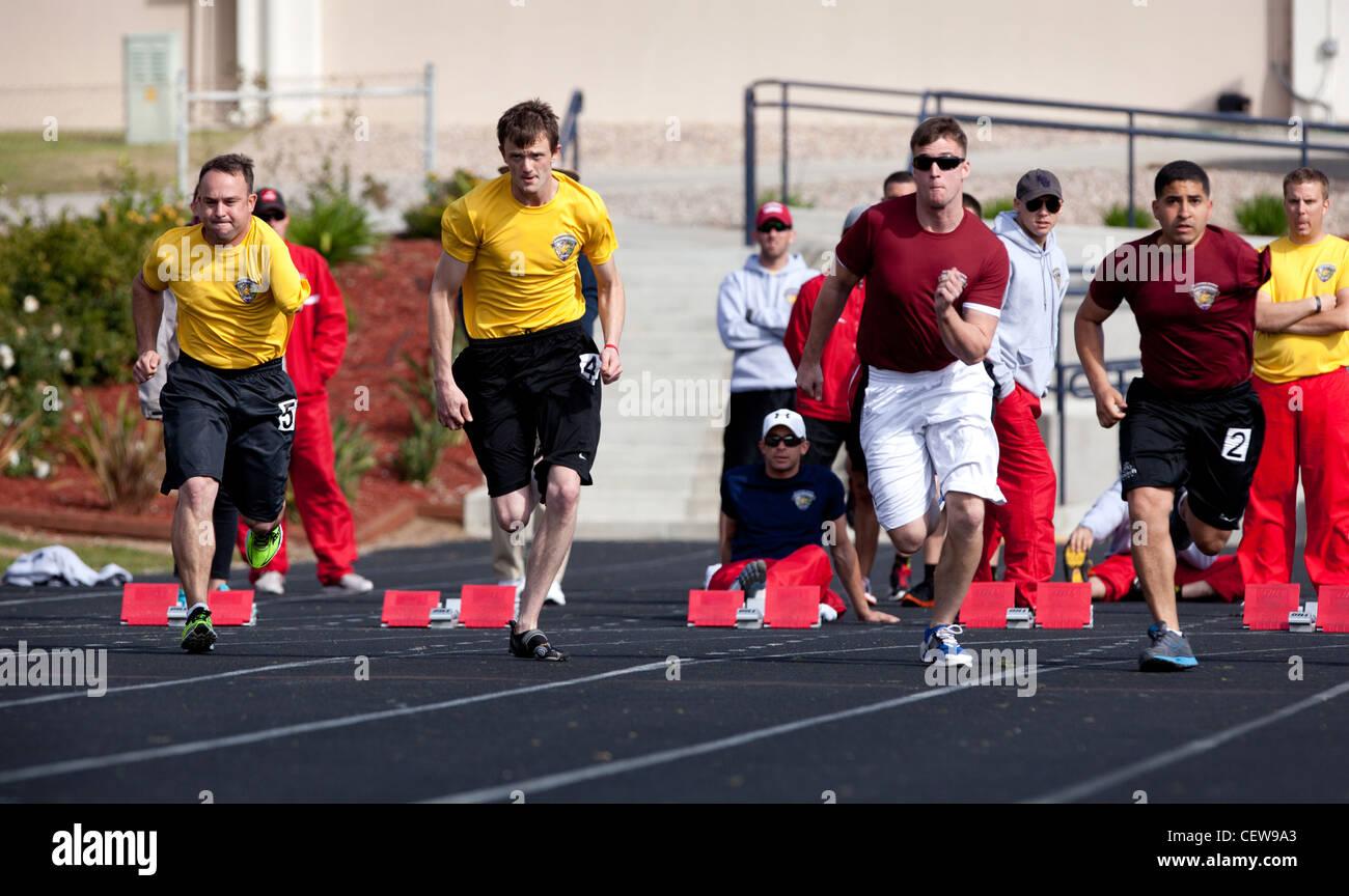 Die verletzten Krieger mit Oberkörper Amputationen in einem 100 m Rennen während der Leichtathletik Teil Stockbild