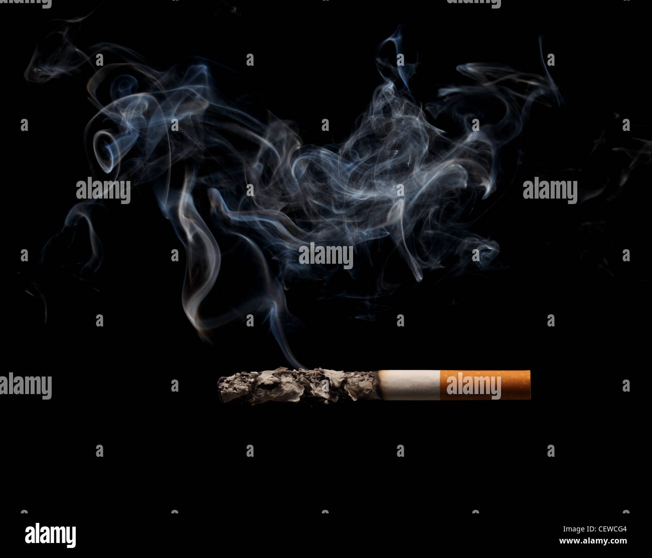 Ein brennen und rauchen Zigaretten auf schwarzem Hintergrund Stockbild