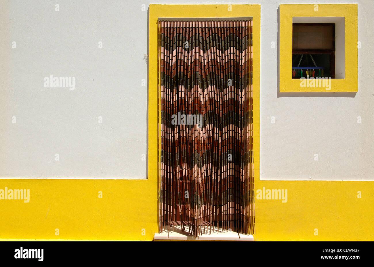 Eine Tür mit Holz Perlen Vorhang aus Bambus eines Hauses mit Bands ...