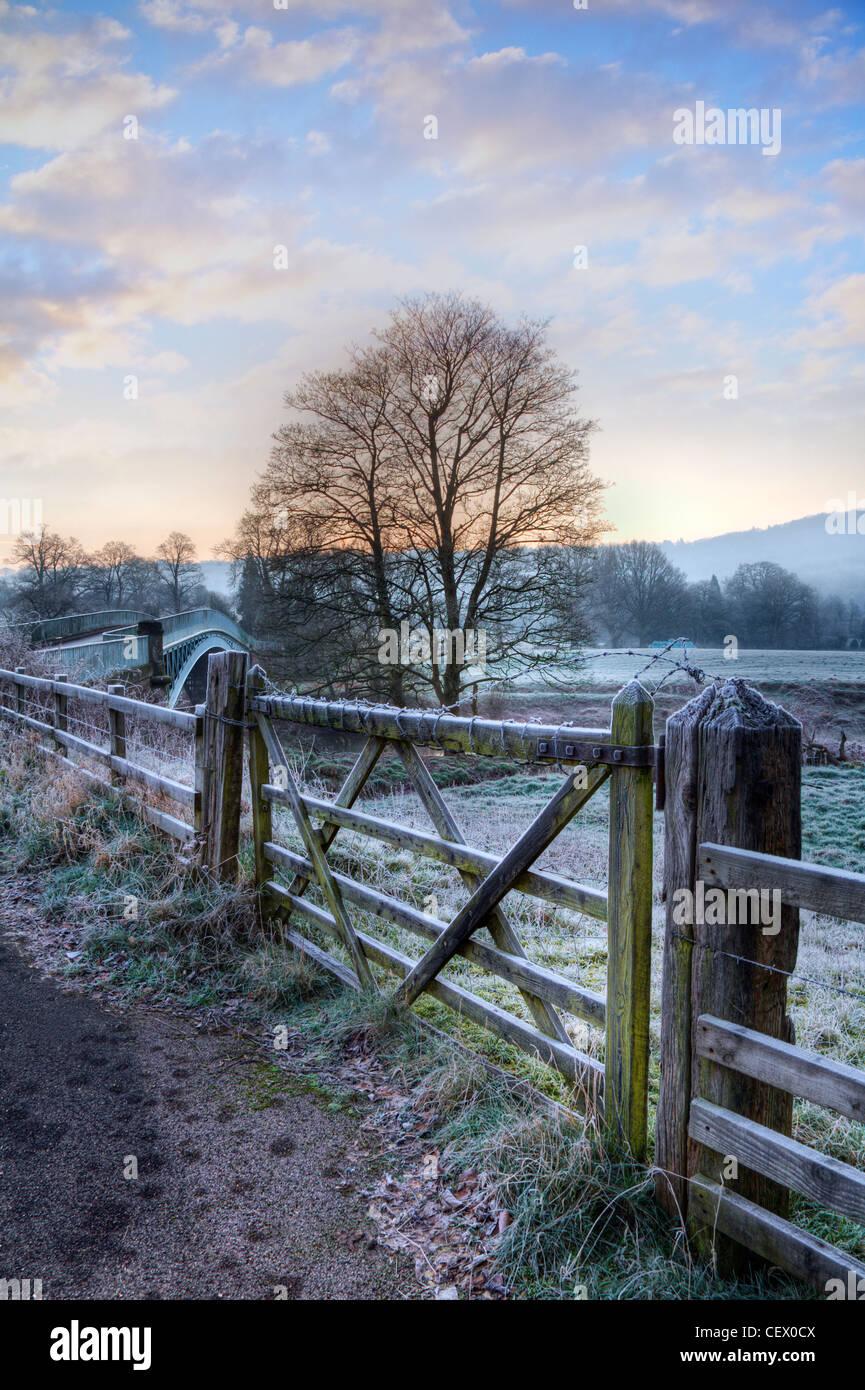 Bigswier, bekannt für seine eleganten Guss Eisen-Straßenbrücke über die Grenze zwischen Gloucestershire Stockbild