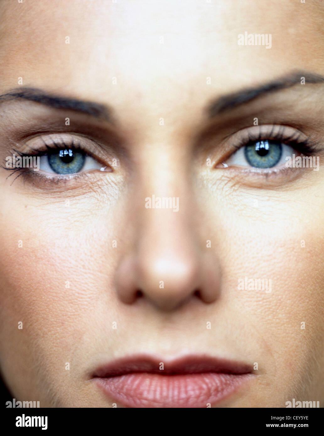 Nahaufnahme von Frauengesicht, detaillierte Augen tragen Beige Lidschatten, braune Lidstrich Oberlider, schwarze Stockbild