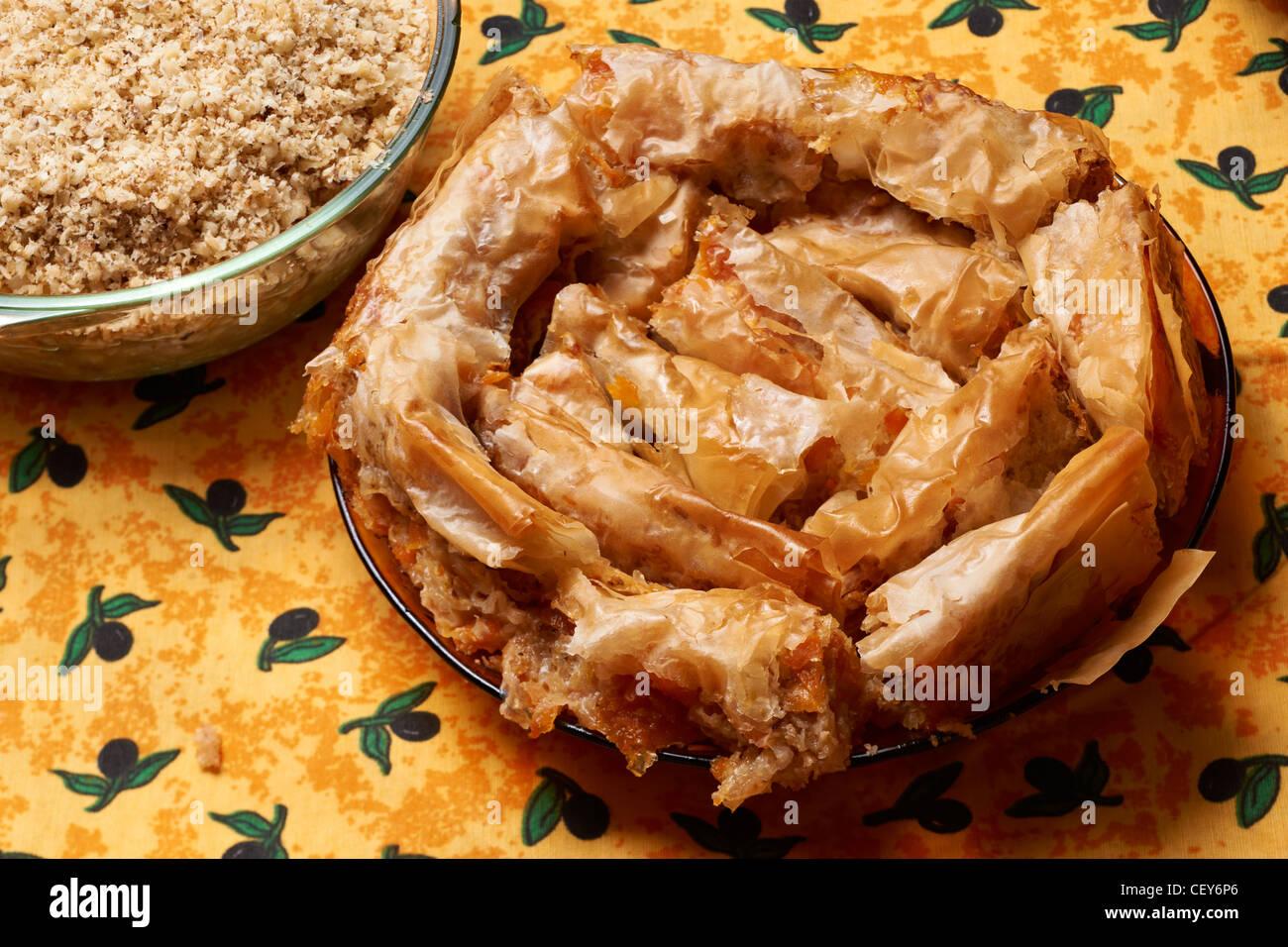 Bulgarien Küche   Traditionelle Bulgarische Kuche Tikvenik Sussspeise Stockfoto Bild