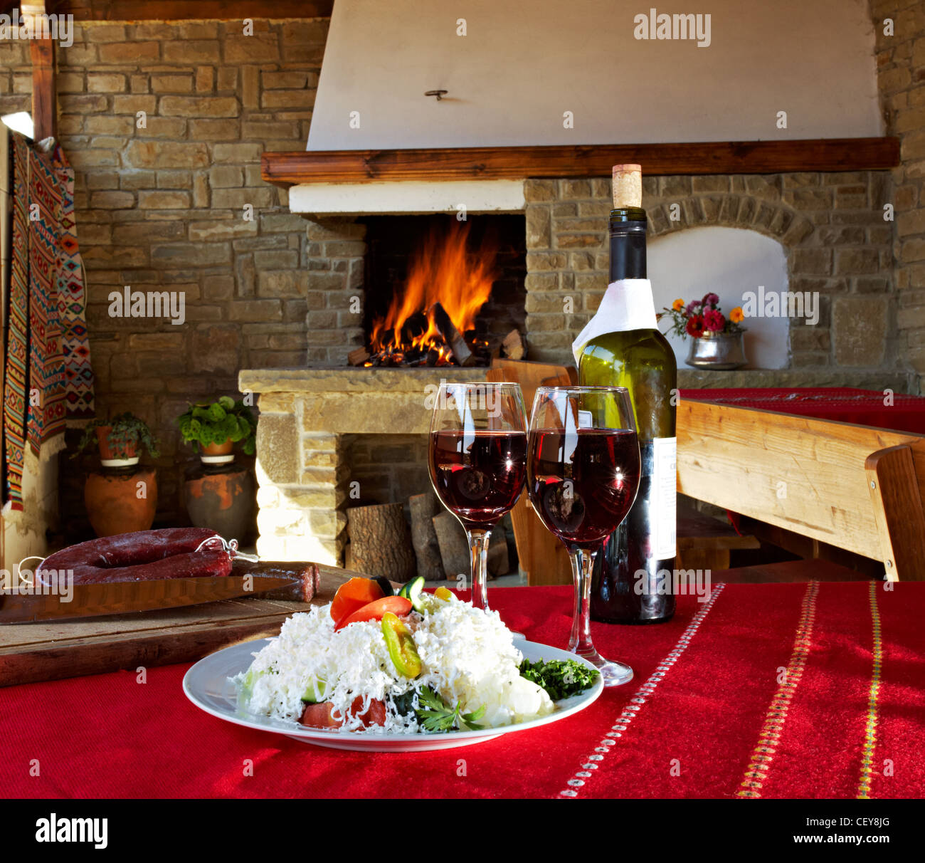 Zwei Gläser Rotwein Und Eine Flasche Vor Kamin Stockbild