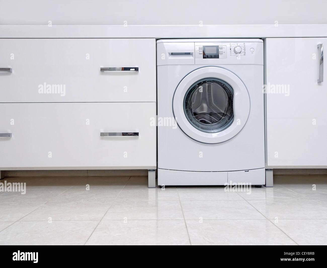 Reihe von weißen moderne Badezimmerschränke mit eingebauten ...
