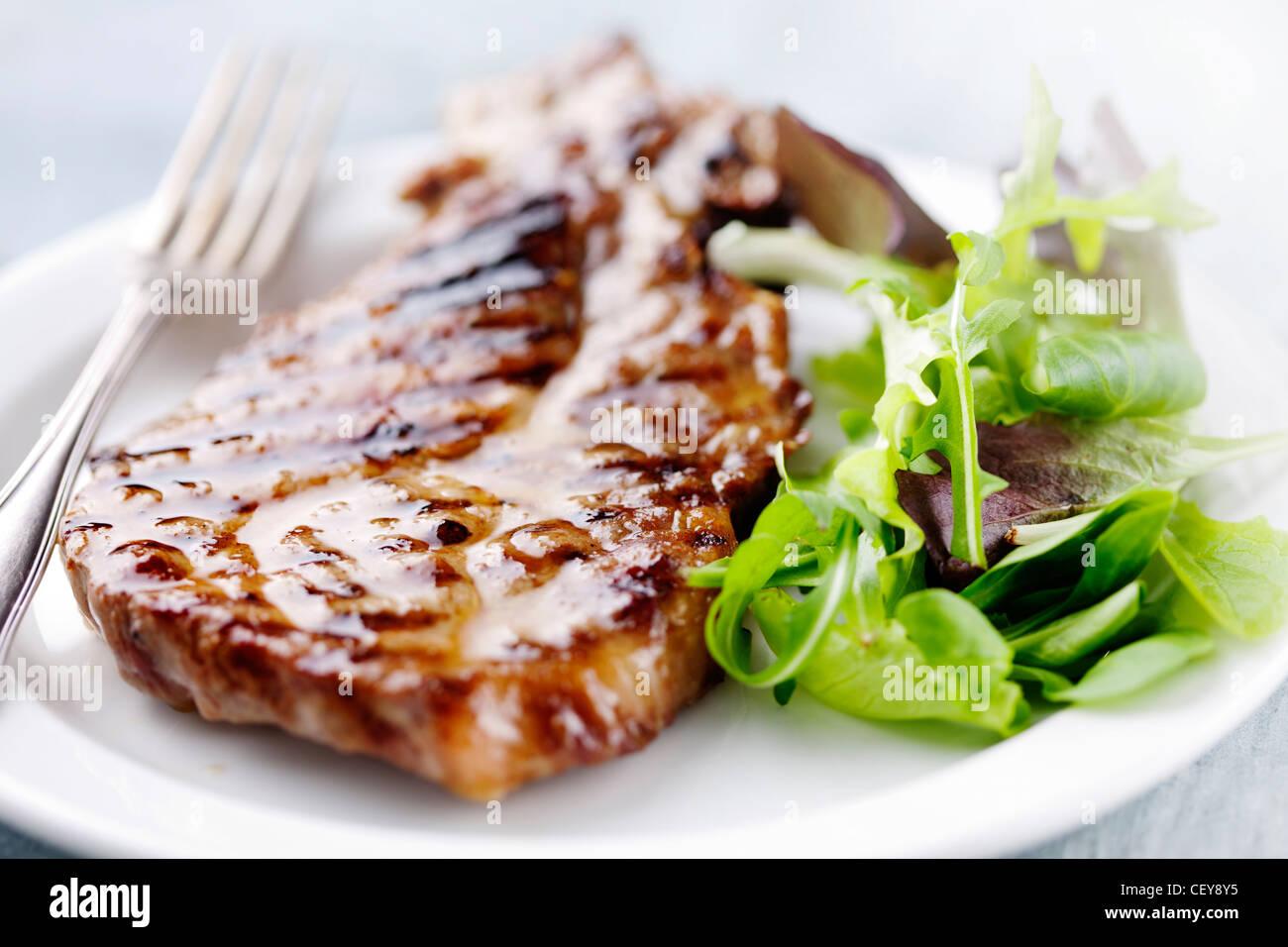 Steak und Salat Stockfoto