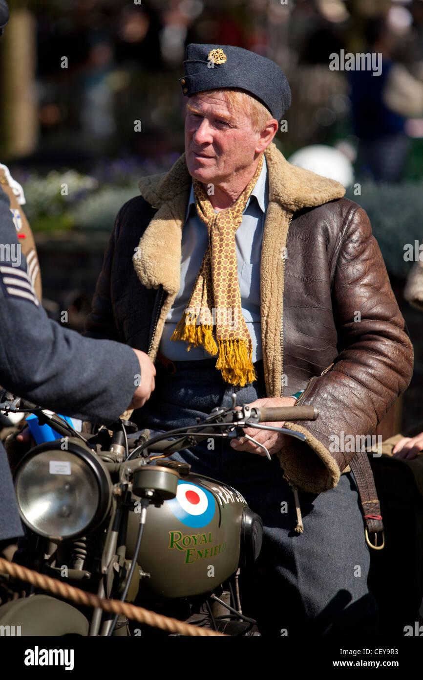 Ein Mann Dresed als ein Flieger im Gespräch mit seinem Freund auf einem zweiten Weltkrieg militärischen Stockbild