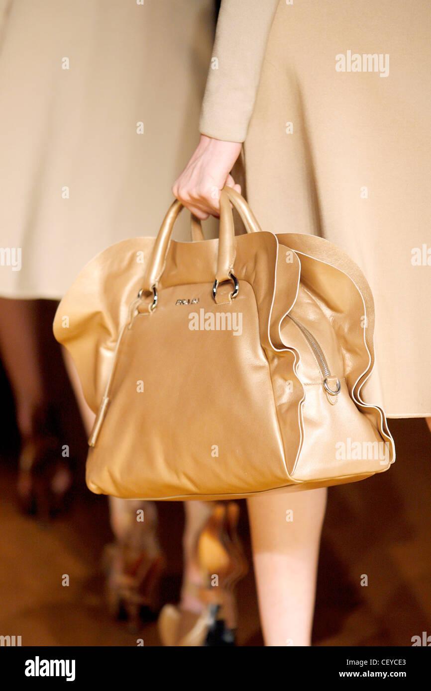 9e9502bd8bffd Prada Mailand bereit zu tragen Herbst Wintermodell trägt einen  beigefarbenen Mantel und hält eine beiges Stockbild
