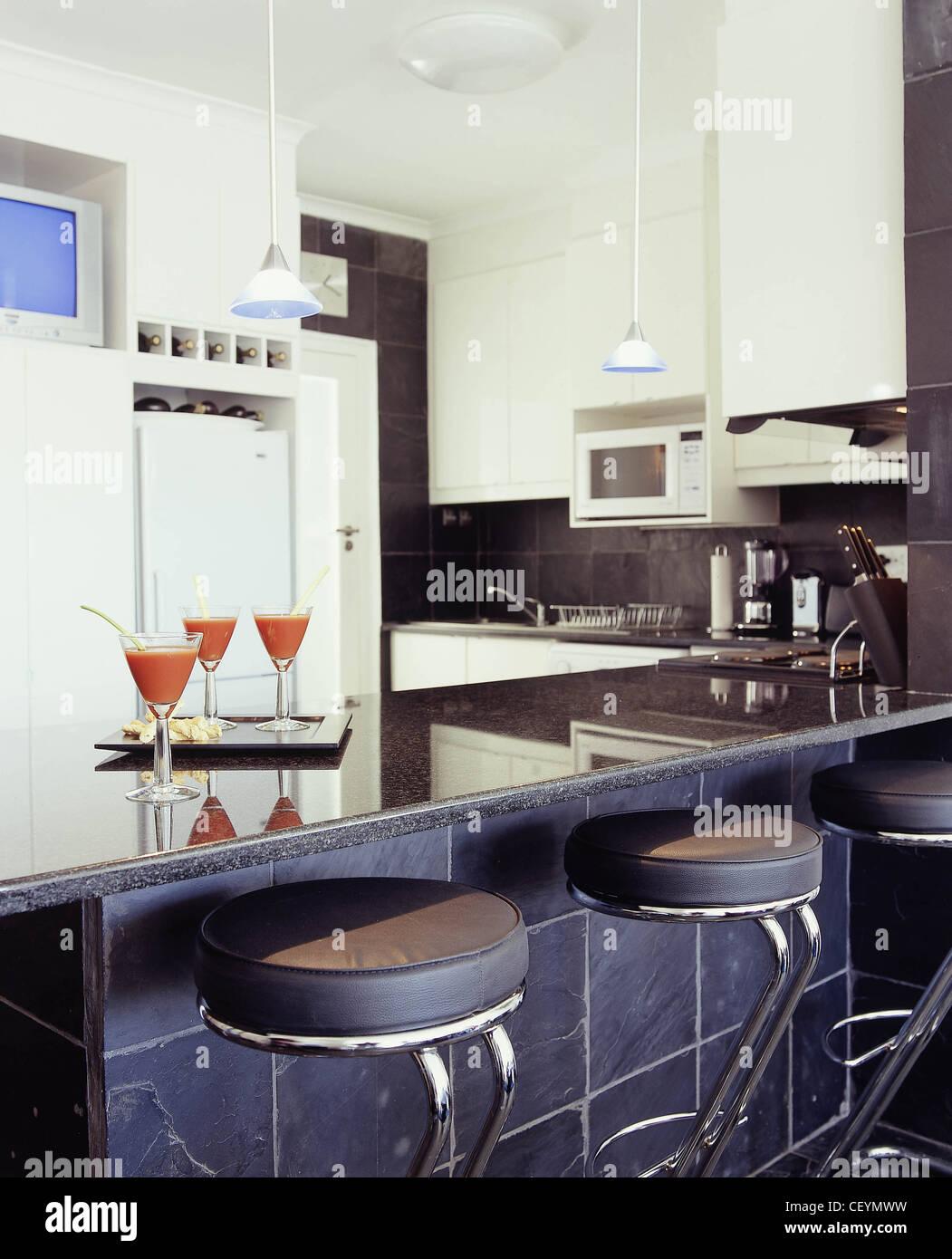 Uberlegen Drei Verschiedene Küche Stile Küche Schwarz Raue Schieferplatten An Wand, Weißen  Schränken Und Weiße Küchenmöbel