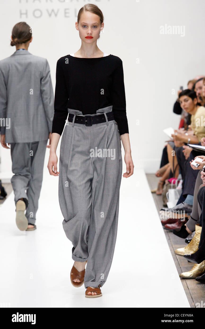 Langärmelige Schwarze Bluse Und Hohe Taille Graue Hosen Und Braune