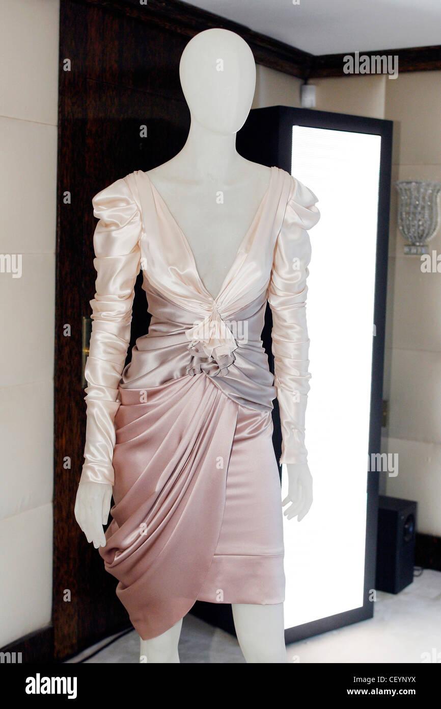 Mannequin Wearing Dress Stockfotos & Mannequin Wearing Dress Bilder ...
