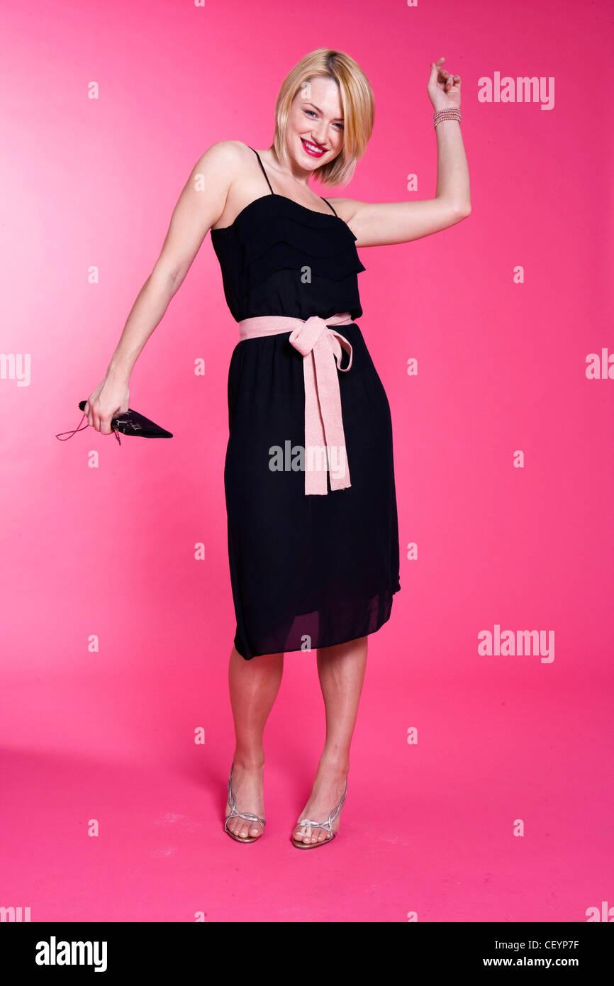 Weiblichen blonden Bubikopf tragen Knie Länge schwarzes Kleid Rosa ...
