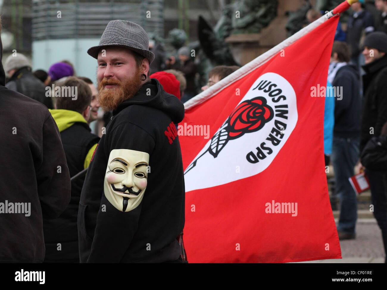 Mitglied der deutschen Jugendorganisation (Juso) in der SPD, hält eine Fahne während einer Kundgebung Stockbild