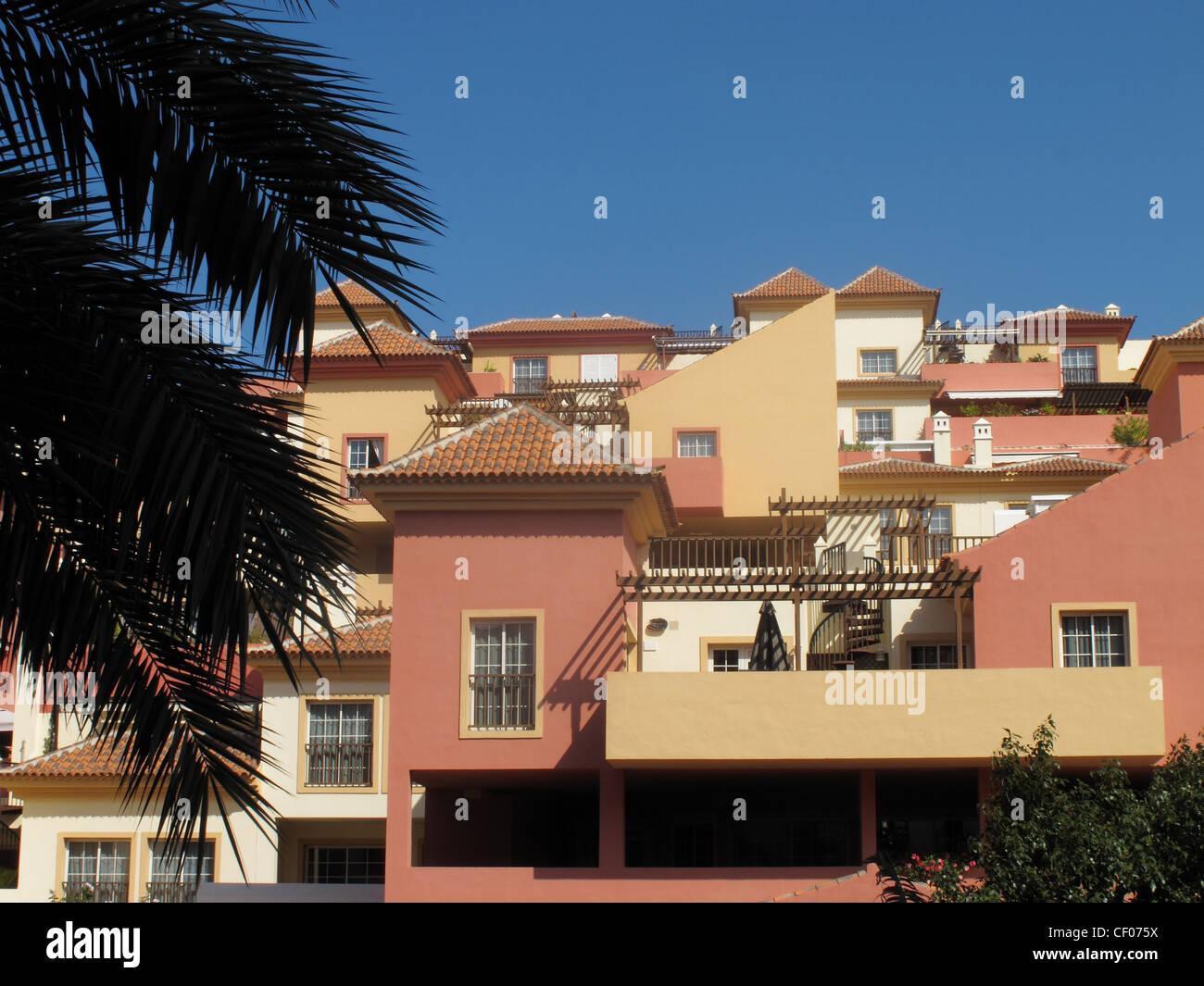 Hell Häusern mit Balkonen in Costa Adeje, Teneriffa, Kanarische Inseln Stockbild
