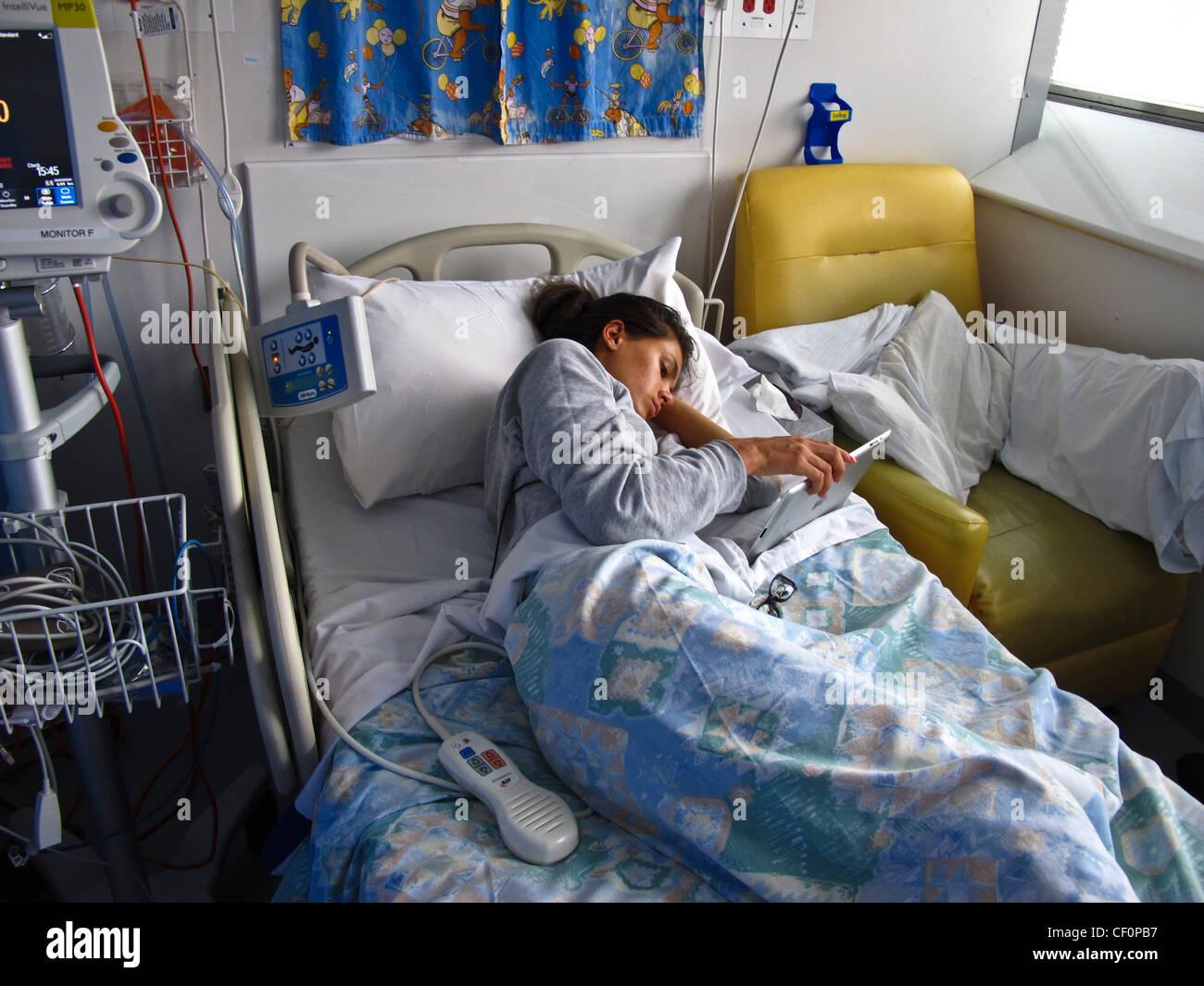 Ein junges Mädchen mit Anorexia Nervosa wird im Krankenhaus behandelt, von Nährstoffen über einen Stockbild