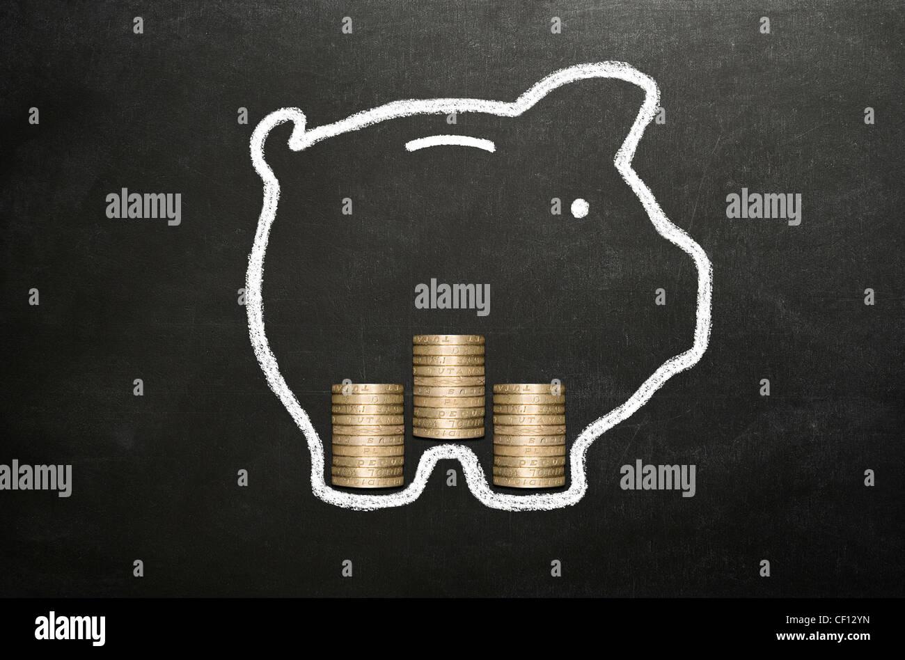 Sparschwein mit Kreide auf einer Tafel mit 3 Stapel von echten Münzen ausgehen. Stockbild