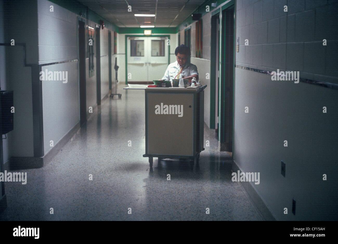 Ein Pfleger, Verzicht auf Medizin in einem Krankenhaus-Stockwerk. Stockbild