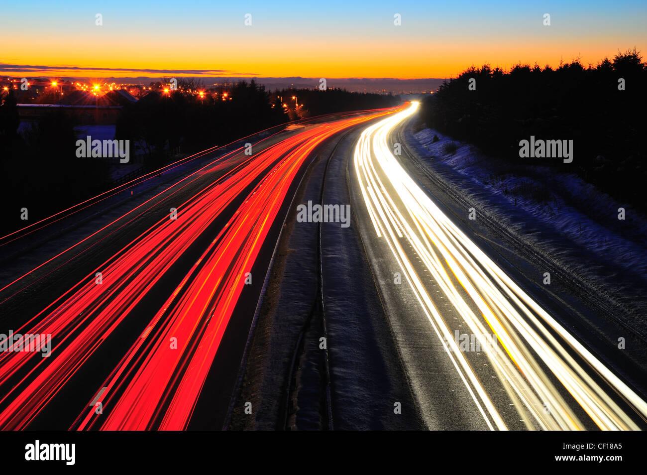 Ampel Wanderwege auf der Autobahn M8 in Schottland zwischen Glasgow und Edinburgh. In der Nacht im Winter mit Schnee Stockbild