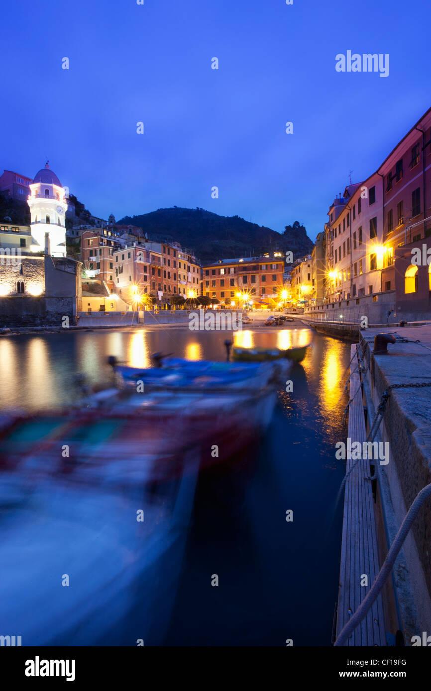 Boote von Gebäuden entlang der Uferpromenade in der Nacht; Vernazza Ligurien Italien Stockbild