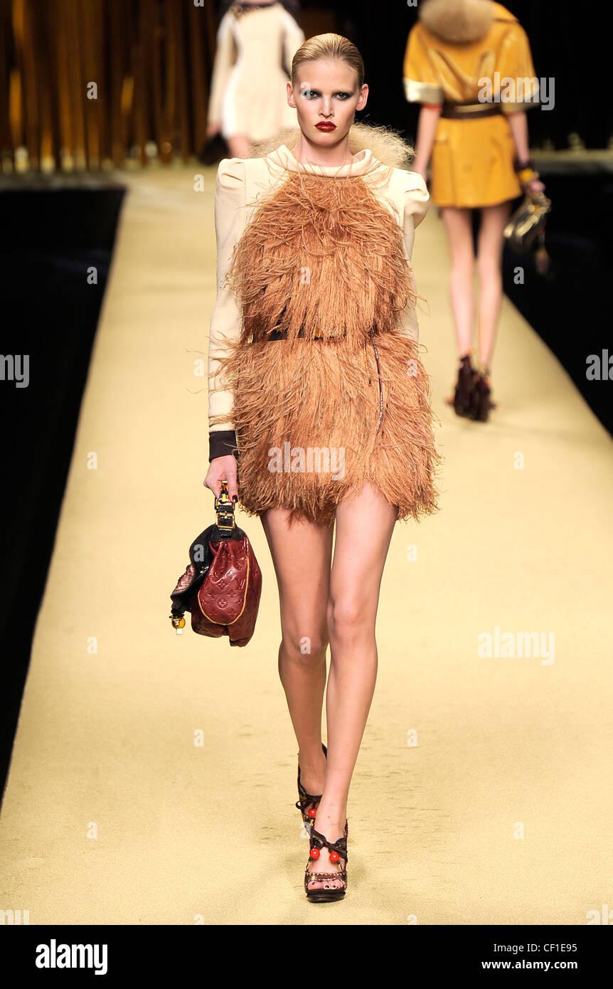 Feather Dress Stockfotos & Feather Dress Bilder - Alamy